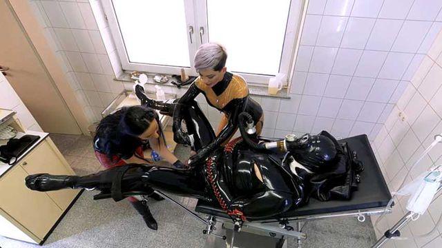 Mistress Cheyenne & Lady Luciana - Zwei gegen Gummi Patient Null
