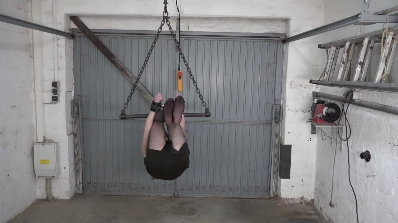 Karina in der Garage