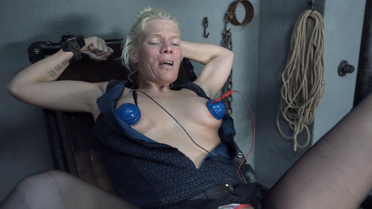 Dildomaschine und Stromsauger an den Brüsten