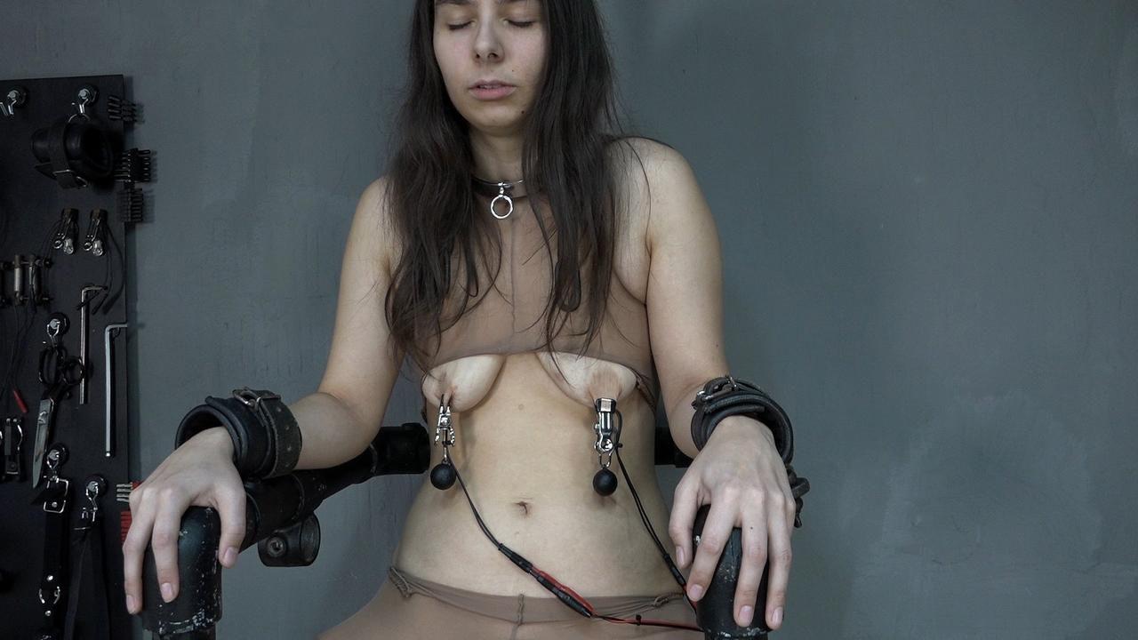 Aijana auf dem Elektischen Stuhl