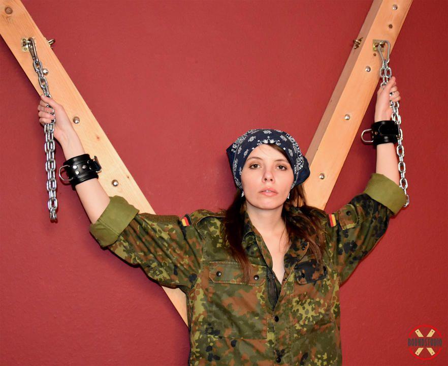 Hilflose Soldatin am Kreuz!