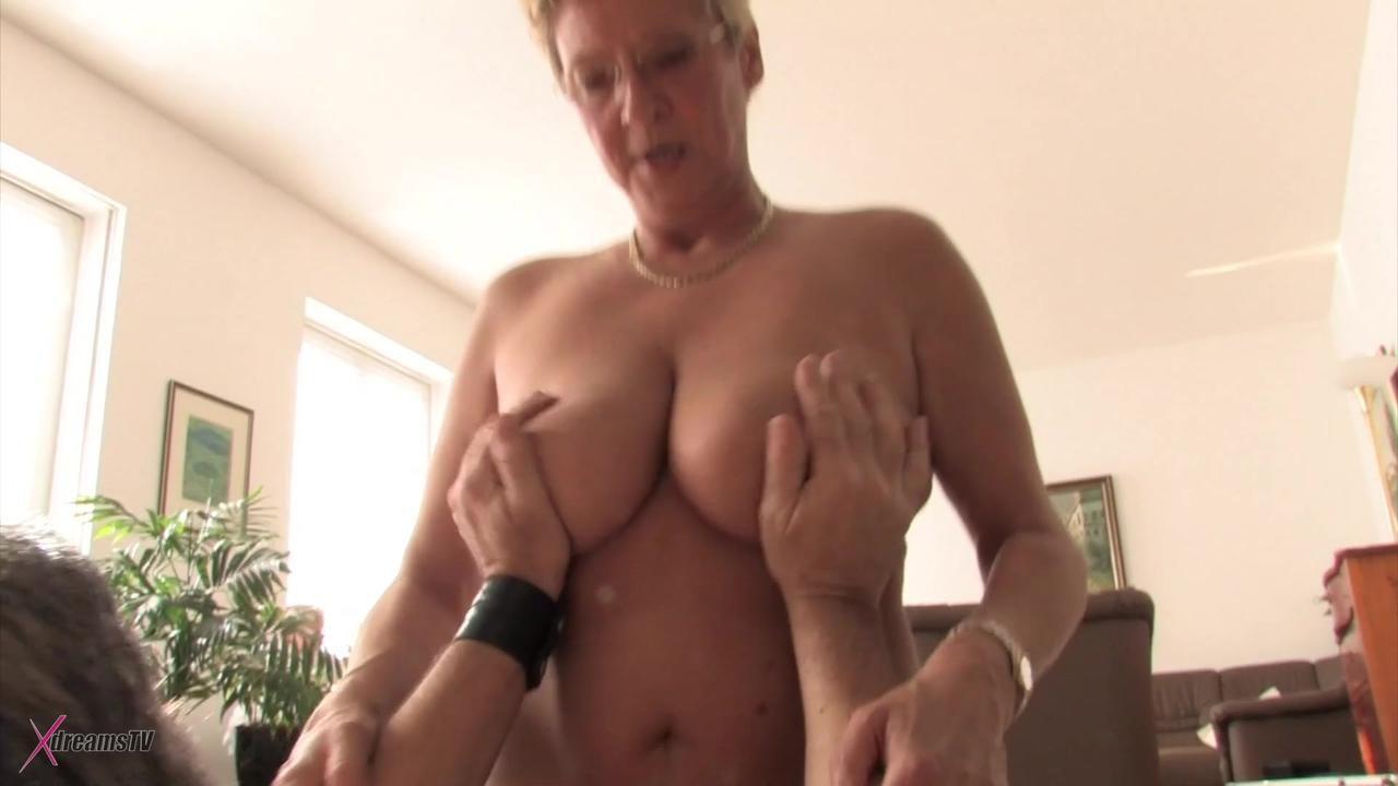 Reife Frau ist geil und will einen Mann flachlegen