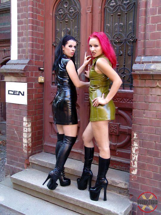 Zwei heisse Girls auf der zweiten Etage