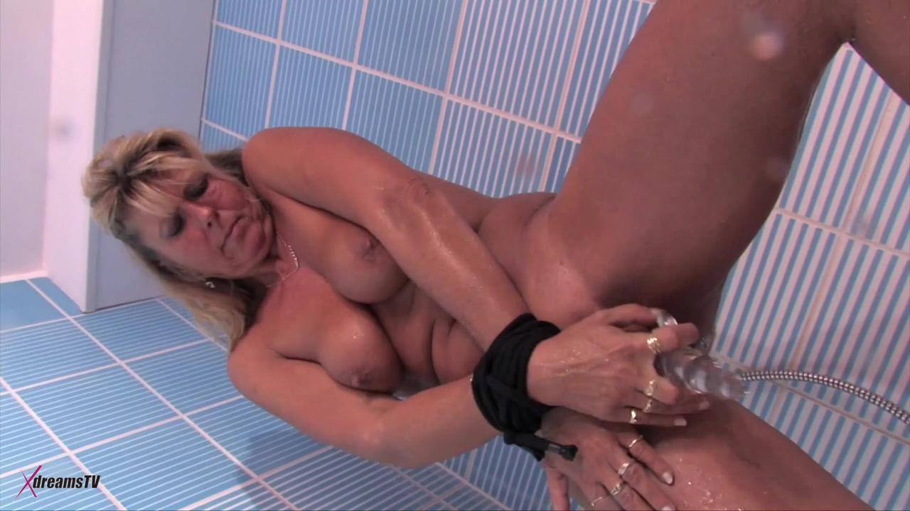 Maria masturbiert unter der heißen Dusche