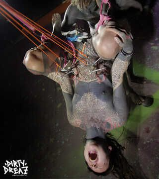 Em bekommt ihre Muschi tattoowiert  in einer Shibari Haken suspension - FOTOSET