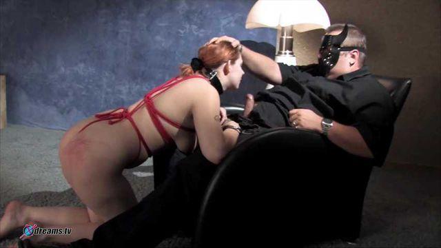 Unterwürfige Natalie dient ihrem Meister, indem sie ihm einen Blowjob gibt