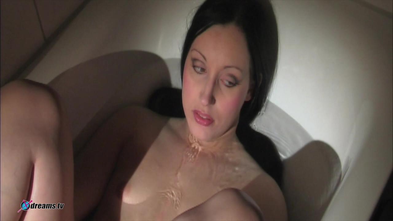 Mia fügt sich ihrem Schicksal in der Badewanne