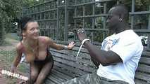Anna Blasen & Ficken mit einem Blacky mitten in Berlin