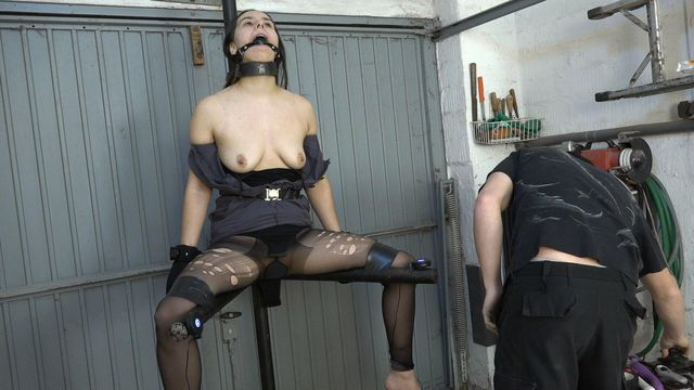 Aijana on the leg spreader