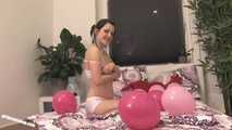 Teen Jennin spielt mit Luftballons