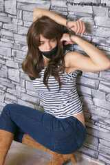 Geknebelte Juliette In Jeans Und Handschellen