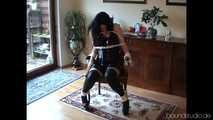 Akasha auf dem Stuhl gebunden!