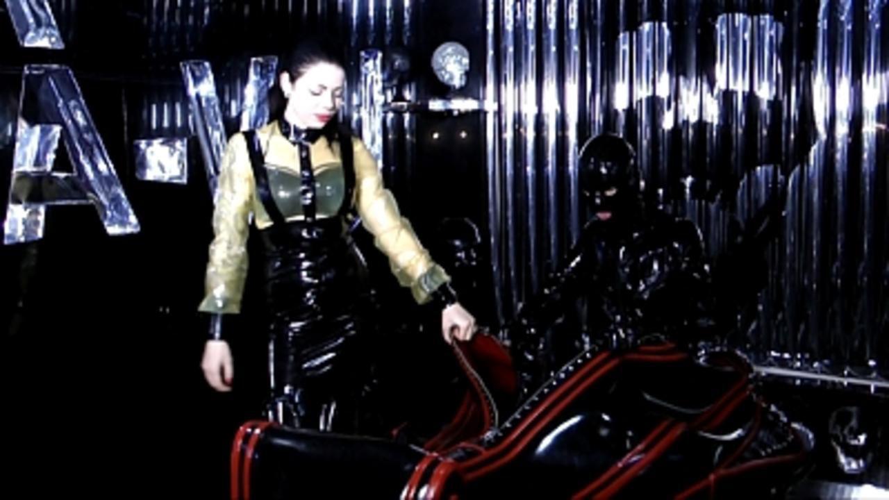 Lady Ashley - Der Gummi Sarkophag