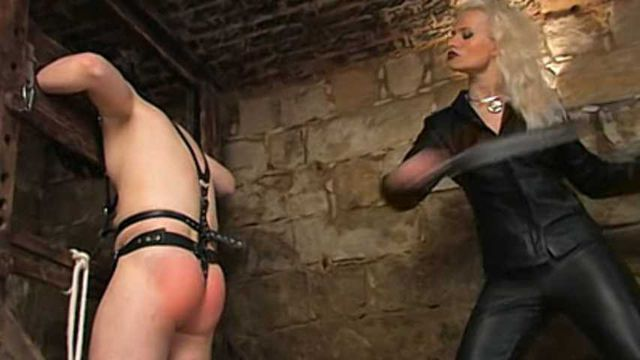 Syonera von Styx - Extrem Whipping on the pillory