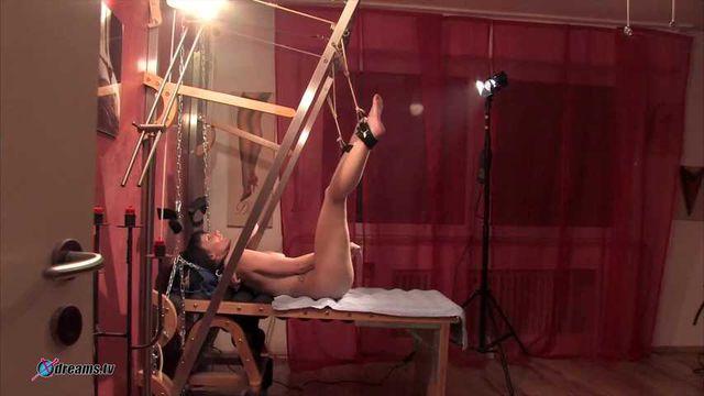 MILF Sklavin Masturbation - Valerie auf dem Sex-Möbel
